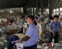 * Traffico illegale internazionale di rifiuti con la Cina * Trasformazione di rifiuti tossico nocivi in oggetti pericolosi per la tutela della salute * Indagine del Nucleo Operativo Ecologico di Bari (operazione Grande Muraglia) *