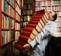 Uomo-con-tanti-libri