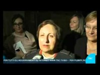 """Servizio del TRC del 26 ottobre 2015: Shirin Ebadi, premio Nobel per la Pace, ha tenuto il 25 ottobre 2015, a Bologna, una lectio magistralis nell'ambito della Festa Internazionale della storia, evento che ha aperto l'edizione 2015-2016 di conCittadini. Per il suo impegno nella lotta per i diritti umani in Iran, paese dal quale è stata costretta all'esilio, le è stato conferito il premio """"Novi Cives: Costruttori di cittadinanza"""", consegnato dalla Presidente dell''Assemblea legislativa dell'Emilia-Romagna insieme a Simona Lembi, Presidente del Consiglio comunale di Bologna e Beatrice Borghi, Centro internazionale di Didattica della Storia e del Patrimonio dell'Università di Bologna."""