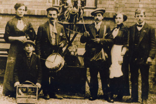 Una compagnia di orsanti. Foto del Museo degli Orsanti di Compiano.