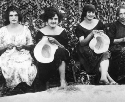 Donne con cappelli