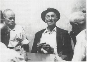 Giocatori di carte all'osteria del sole. (foto di Alfonso Santolero tratto da Bologna tra storia e osterie, a cura di Alessandro Molinari Padrelli, Pendragon)
