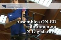 """L'Assemblea legislativa regionale ha approvato all'unanimità il """"Programma regionale triennale per l'impiantistica e per gli spazi sportivi, pubblici e di uso pubblico, destinati alle attività motorio sportive"""", che stanzia 3,8 milioni di euro per gli impianti sportivi dell'Emilia-Romagna, che sono16 mila, il 77% dei quali realizzati prima del 1990.Sì unanime anche a un ordine del giorno presentato dal M5s, prima firmataria Giulia Gibertoni, e sottoscritto trasversalmente da consiglieri di tutti i Gruppi, Pd, Sel, Ln, Fdi-An, Fi, AltraER, che impegna la Giunta """"a sostenere l'acquisto di defibrillatori per gli impianti sportivi"""".Nella 29^ puntata di """"Assemblea ON-ER"""" si confrontano su questo tema i consiglieri: Paolo Calvano (Pd), Igor Taruffi (Sel), Massimiliano Pompignoli (Ln) e Tommaso Foti (Fdi-An).Di seguito un breve servizio sulla tornata referendaria tenutasi domenica 11 ottobre in 6 Comuni dell'Emilia-Romagna: Porretta Terme e Granaglione nel bolognese, Monte Colombo e Montescudo nel riminese, Polesine Parmense e Zibello in provincia di Parma che daranno vita a tre soli nuovi Comuni."""